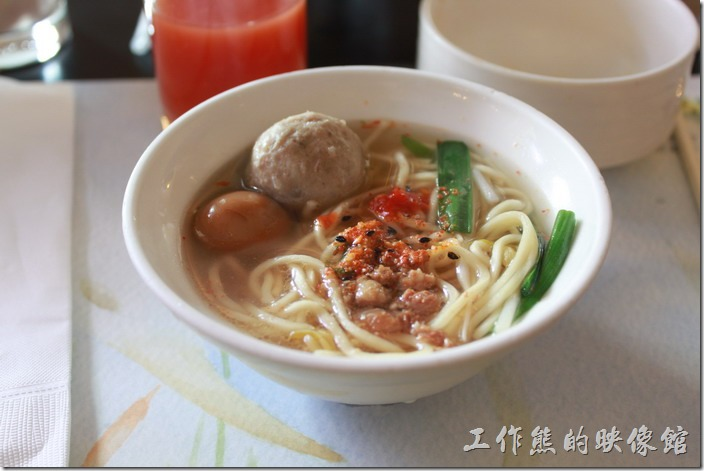 花蓮-理想大地渡假村-西餐廳。這裡現煮的擔仔麵湯頭及口味雖然不是最好吃的,但都有一定的水準,建議可以嚐嚐。