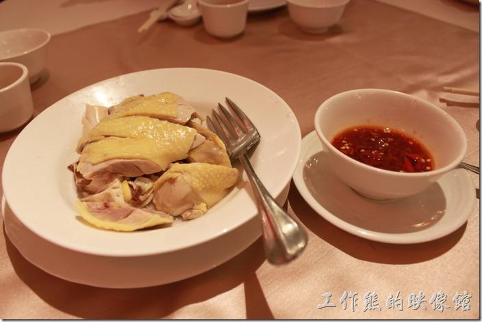 花蓮-理想大地渡假村中餐廳。萬榮牧草雞,NT280 。採用萬榮鄉養得牧草雞,這道菜配上自製的辣椒醬非常好吃。