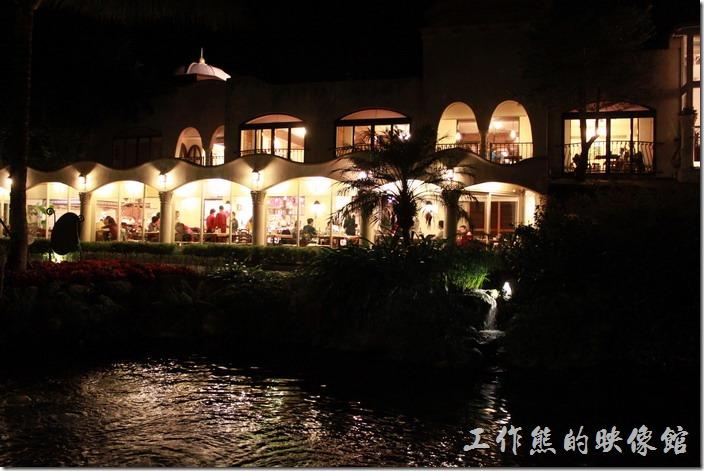 花蓮-理想大地渡假村-里拉西餐廳的晚餐也是自助餐,夜晚從運河河道旁邊可見餐廳內萬頭鑽動的情形,生意真得很好。
