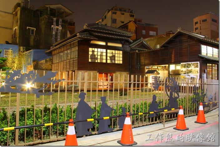 台南-鶯料理。夜晚華燈初上,重重人影被燈光映照在窗櫺上,顯示當時的繁華熱鬧。
