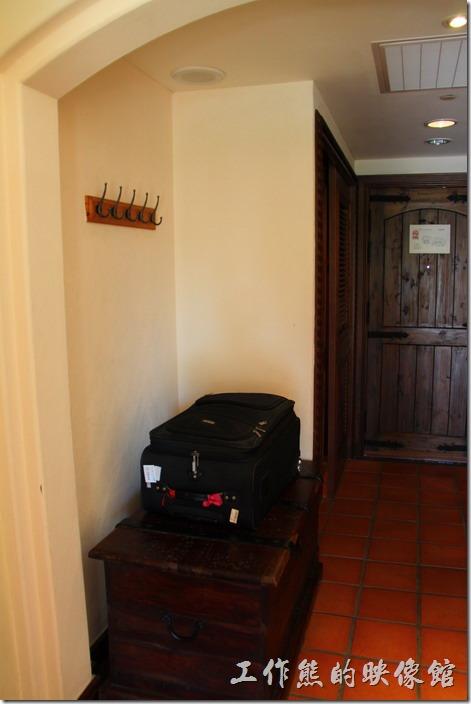 花蓮-理想大地渡假村(房間)。一進們的地方就有個行李置物櫃,這個櫃子好像古時候的藏寶箱喔!記得以前祖母家也有一個類似的耶!