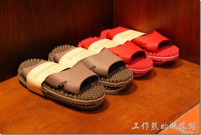 花蓮-理想大地渡假村(房間)。客房的衣櫃內也貼心的放了四雙防滑防水的室內拖鞋。