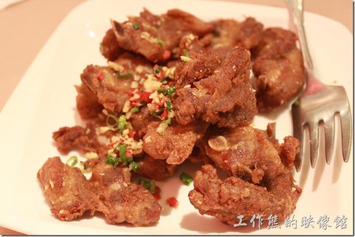 花蓮-理想大地渡假村中餐廳。椒鹽溫室豬,NT$380 。其實就是蒜蓉炸豬排,不過個人不推薦,感覺不是很好,豬排的白肉有點多,而且調味也沒有把白肉的油膩感蓋過去。
