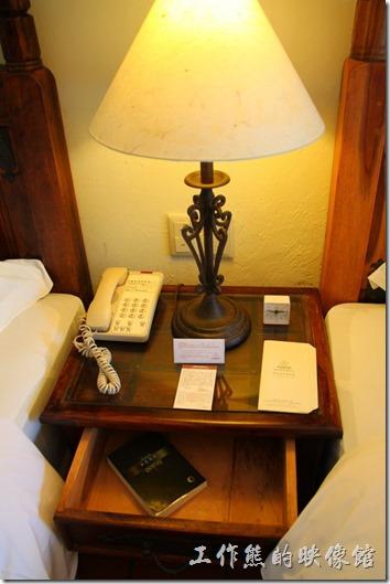 花蓮-理想大地渡假村(房間)。床頭矮櫃。