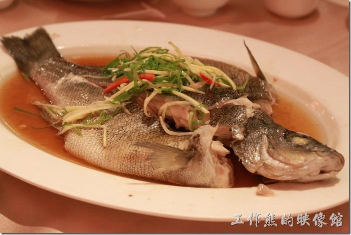 花蓮-理想大地渡假村中餐廳。樹子貴妃魚,NT$160。這就是讓我們等了一個半小時的蒸貴妃魚,可是魚肉有點硬耶,感覺似乎沒有完全蒸熟的樣子,而且也沒有「樹子」的鹹味,所以吃不太出魚的鮮味,還好之前雞肉的辣椒沾醬還在,加了辣椒之後提了味總算比較可以下肚。