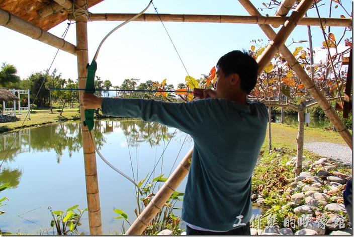 花蓮-理想大地渡假村-豐之谷生態公園。理想大地風之谷的「射箭」活動。一次NT100元。開放時間10:00~11:00,14:00~15:30。
