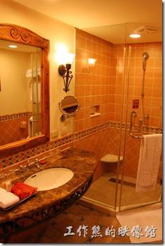 花蓮-理想大地渡假村(房間)。浴室內也整理得很乾淨,一般飯店該有的設施都有,色調大概也是採西班牙風格。