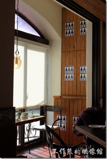 花蓮-理想大地渡假村-從里拉西餐廳二樓的圓拱型窗台往外看就可以直接遠眺度假村內的風景。