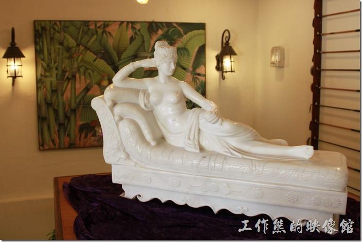 花蓮-理想大地渡假村-西餐廳。這個臥榻上的美女是里拉西餐廳連接一樓及二樓樓梯間的作品。