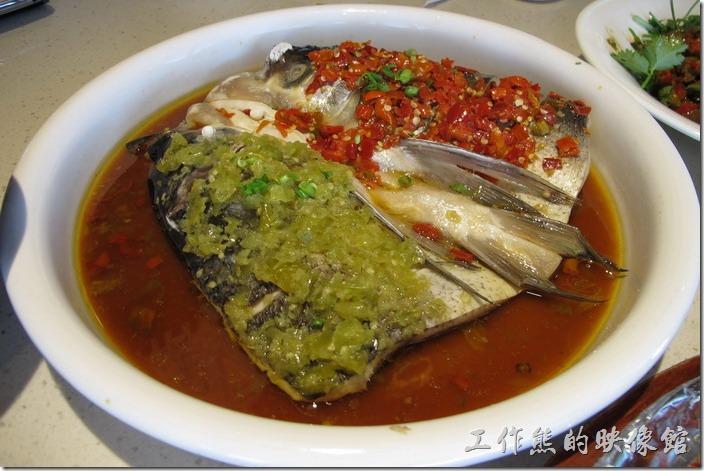 上海-望湘園。鴛鴦魚頭王(附「魚麵」),RMB64。鴛鴦其實就是把魚頭切半,一半用泡椒,另一半用紅辣椒佐料,不過這個是淡水魚,而且有土味,個人吃起來不會覺得很辣,反而是鹹,感覺還好而已。