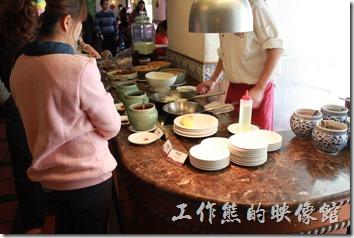 花蓮-理想大地渡假村-里拉西餐廳內用餐的人其實非常多,食材上也大致可以符合大多數人的需求,除了一般的熱食之外,也有現煮的擔仔麵及煎蛋的服務,服務生的服務水準也都維持在一定水平以上,可見訓練及人員素質有管理。