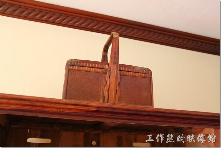 花蓮-理想大地渡假村(房間)。電視櫃上竹提籃的把柄上刻有「壬辰年」(應該是表示2012年製作的吧)。
