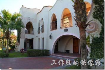 花蓮-理想大地渡假村(房間)。渡假村內共有21棟類似的建築,這些建築都只有兩層樓的建築,有的客房可以同時擁有兩層樓的空間。
