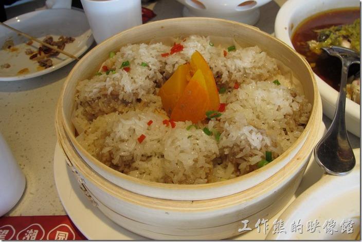 上海-望湘園。糯香蒸排骨RMB48,每個糯米團裡面包有一塊排骨,中間放了三片南瓜,有點像我們的米糕,不過這糯米是用蒸的,感覺上米粒有點硬,一般來說應該會加些荷葉,或其他植物的葉子來增家齊香氣的,不過這裡完全沒有,所以味覺感覺有點單調。
