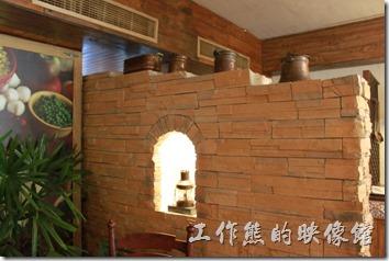 花蓮-理想大地渡假村-跟二樓比起來,里拉西餐廳的一樓裝潢上多了一些餐具的裝飾。