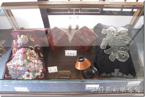 鶯料理室內有展示當年的工作服、和服腰帶、三味線、鶯料理布簾、茶具組、便當盒、味增湯碗等古物。