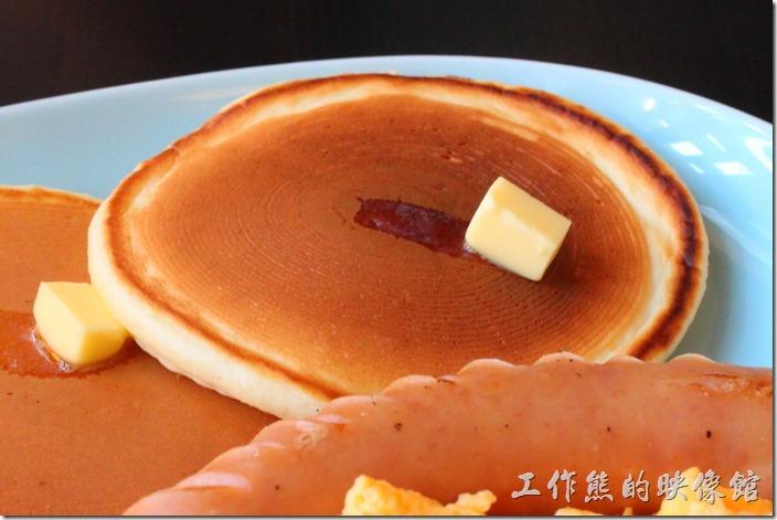 台南-PS-Cafe-Brunch。每個鬆餅的上面都有一小片的奶油,由於熱度的關係上面的奶油已經開始緩緩融化滑動。