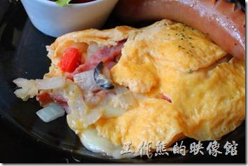 台南-PS-Cafe-Brunch。歐姆捲蛋內有切丁的洋蔥、去子的蕃茄、培根肉、黑橄欖,還有會拉絲的起司,個人推薦這道菜色。如果蛋皮可以再煎得軟嫩一點會更棒。