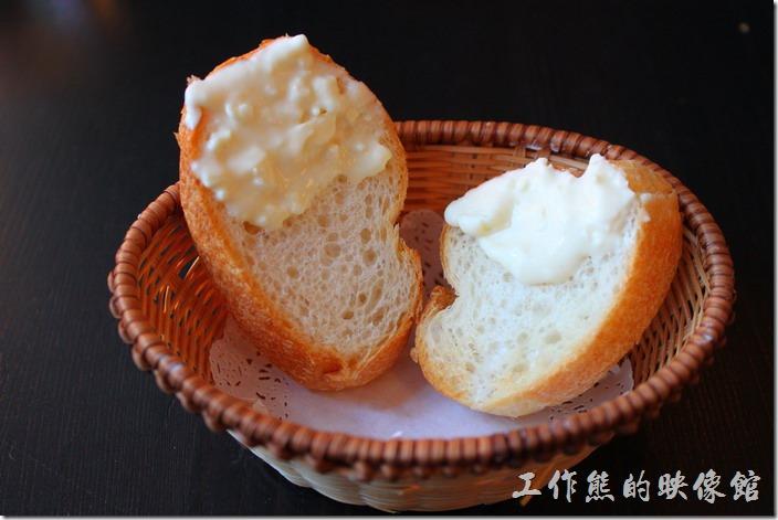 台南-PS-Cafe-Brunch。這是【起司歐姆蛋】早午餐所附贈的起司麵包,用的是法國麵包,上面塗上了稍微帶甜味的起司,真的很好吃。