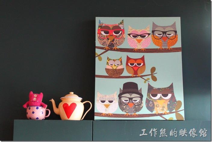 台南-PS-Cafe-Brunch。二樓書架上方的這幅「貓頭鷹」圖畫吸引了老婆的目光,還有帶著眼鏡的老學究呢!
