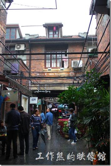 上海田子坊的這種石庫門大都是兩層樓的建築,門的上面通常都會有房子,下面則是通道。房屋前後圍牆高度基本一致,形成一個幾乎與外界隔離的包圍圈,自成了一個獨立於外界的領地,有鬧中取靜之感,頗受當時社會上層人士的歡迎。
