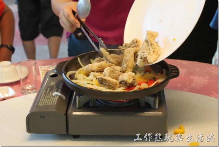 高雄-頭前園土雞城休閒餐廳。鹽燒泥火山銀雕。然後再將已經事先油炸過的銀雕放到鍋子上,再煎煮一會,最後淋上醬汁。