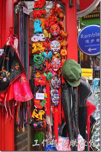 上海-田子坊。巷弄間的小店,各式具有中國傳統元素的飾品,應該是許多老外的最愛。