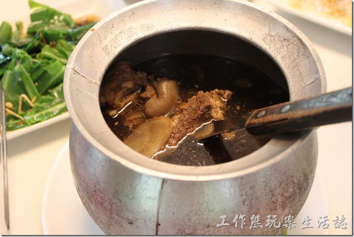 高雄-頭前園土雞城休閒餐廳。御品燻羊肉,NT800。使用在地的黑山羊,以恆溫85°C悶燻出來的無騷味羊肉。這羊肉帶皮,燉煮到軟爛,肉質幾乎入口即化。個人推薦這道菜色,而且一定要喝一口這湯頭,喝得到中藥味卻沒有苦澀味。