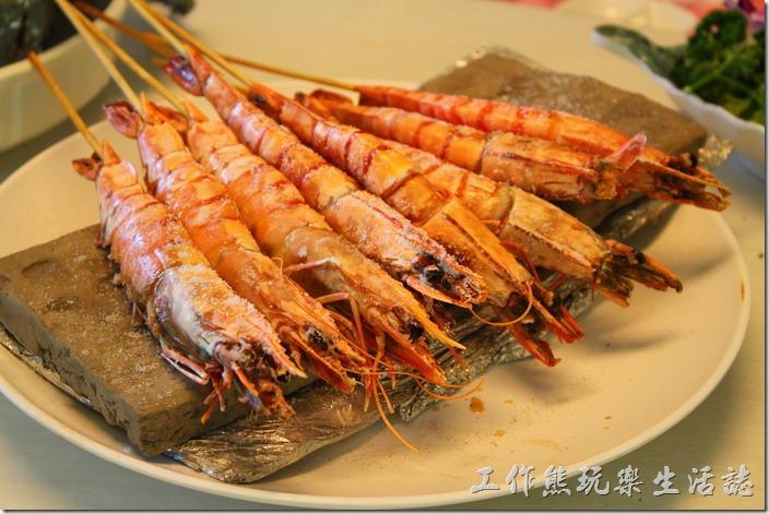 高雄-頭前園土雞城休閒餐廳。泥火山鹽烤蝦,NT70每隻。這應該是泰國蝦,不過還蠻大隻的,個人覺得味道並沒有很特殊,但也不難吃就是了。