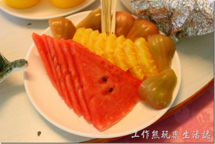 高雄-頭前園土雞城休閒餐廳。豐收四季果。這水果很甜啊!怪了!吃得到梅子粉的味道,卻看不到梅子。