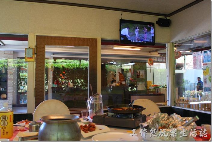 高雄-頭前園土雞城休閒餐廳。餐廳用餐的環境還不錯,每間包廂都有冷氣。