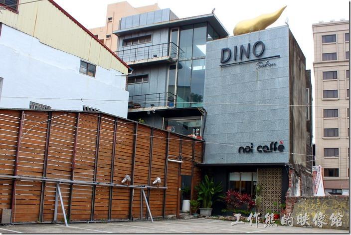台南-Noi-coffe河內咖啡。台南 noi coffe 的外觀,請留意下面的小小招牌文字。上面較大的DINO是髮型店,上下兩層是不同的店家。