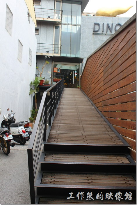 台南-Noi-coffe河內咖啡。這個直上二樓的長廊樓梯還頗有氣勢與感覺的。