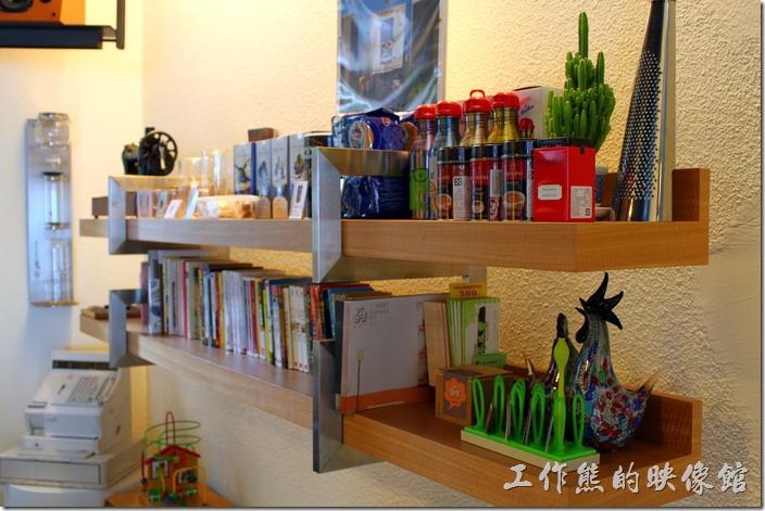 台南 Noi coffe(河內咖啡)的牆上飾品,也有各式的書籍。