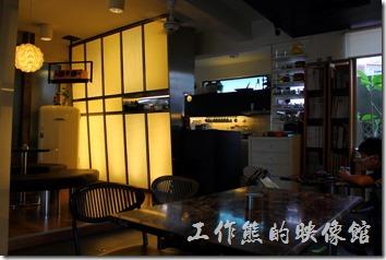 台南 Noi coffe(河內咖啡)的屋內擺設與廚房。