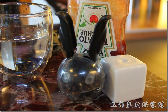 台南-Noi-coffe河內咖啡。點完餐之後店家會先送上茶水、調味組(胡椒、鹽巴、蕃茄醬)。
