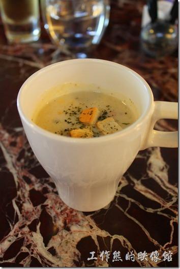 台南-Noi-coffe河內咖啡。早午套餐的餐前飲料。玉米濃湯。這還是我第一次喝到有芹菜味的馬鈴薯玉米米濃湯,味道不錯,不過玉米怎麼還脆脆的啊!普通的給它不習慣,但我還是認真的把它喝完了。