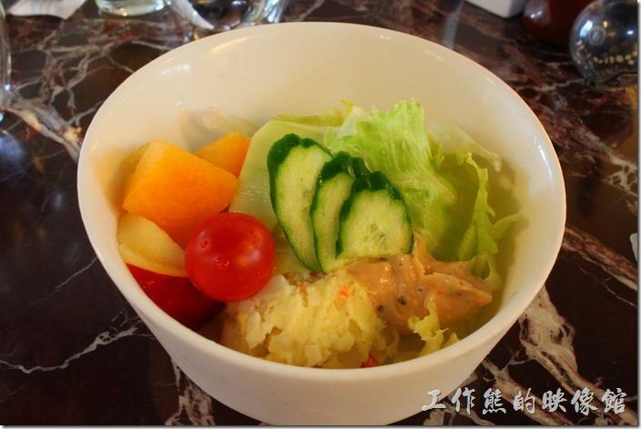 台南-Noi-coffe河內咖啡。這是另一份早午餐的生菜沙拉,這是「千島洋芋水果沙拉」,有一糰加了白煮蛋白的署泥,蘋果、聖女小蕃茄、香瓜與生菜,使用千島醬。