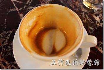 台南-Noi-coffe河內咖啡。早午餐的餐後飲料,熱的拿鐵咖啡。咖啡很濃,但是有焦油的味道,可能是咖啡烘培的有點過頭吧!