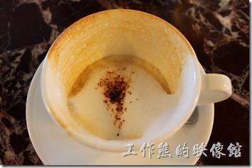 台南-Noi-coffe河內咖啡。早午餐的餐後飲料,熱的卡布其諾咖啡。奶味很香,不過喝不太到咖啡香。