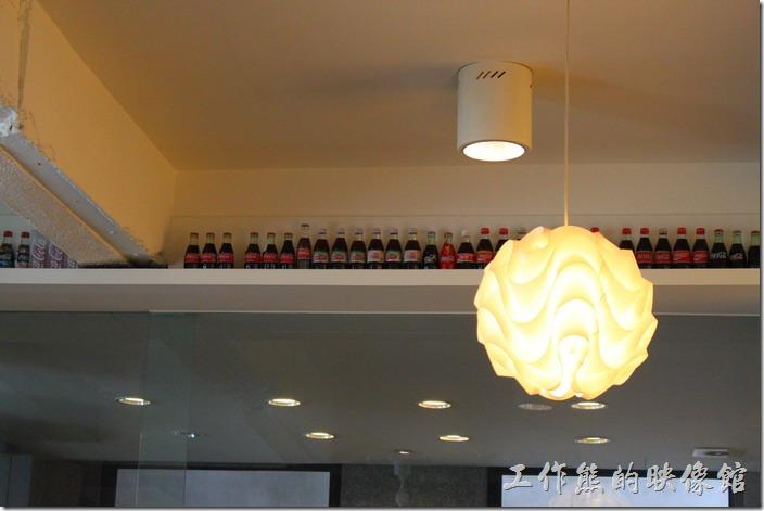 台南-Noi-coffe河內咖啡。咖啡館的天花板下面擺滿了瓶瓶罐罐的可樂罐當裝飾,有點類似日本料理店擺放清酒瓶,不過一般咖啡廳都會擺放illy這類頂級i的咖啡罐。