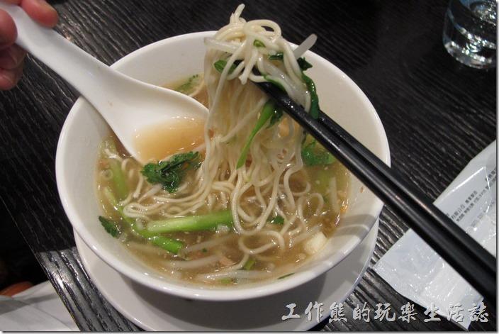 台北-寒舍艾美-探索廚房。這麵條是現場拉出來的。
