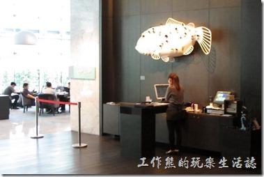台北-寒舍艾美-探索廚房。寒舍艾美.探索廚房的餐應入口處有個【夢之魚】的藝術裝置。