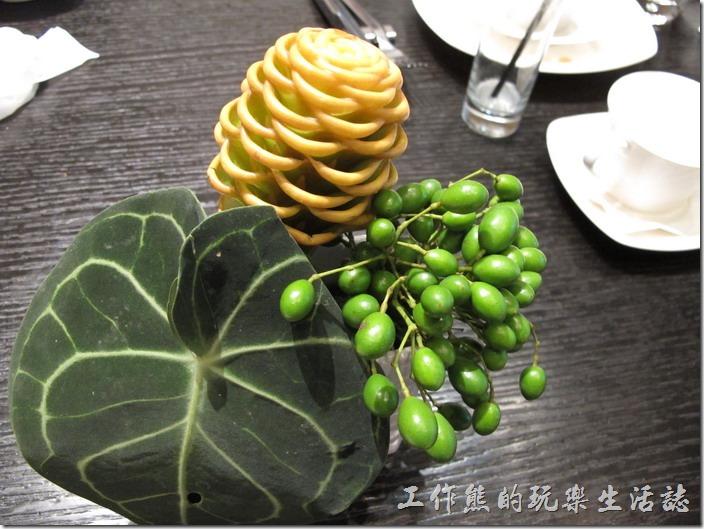 台北-寒舍艾美-探索廚房。餐桌上擺放著真實的毬果植物,不知道這叫什麼?算是一種插花藝術吧!