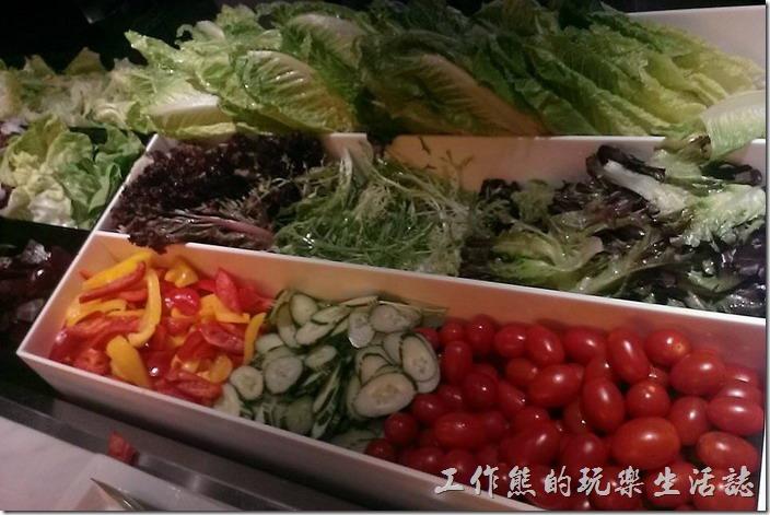 台北-寒舍艾美-探索廚房。也可以把生菜及蔬菜夾好後請後面的廚師幫忙作成凱薩或是其他的沙拉。
