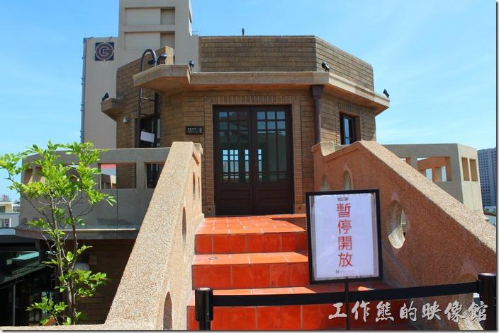 台南林百貨頂樓上的六角型電梯天井目前暫停開放,有點可惜。