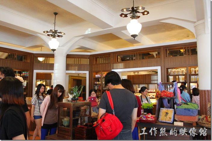 台南-林百貨重新開幕。台南林百貨一樓的擺設。