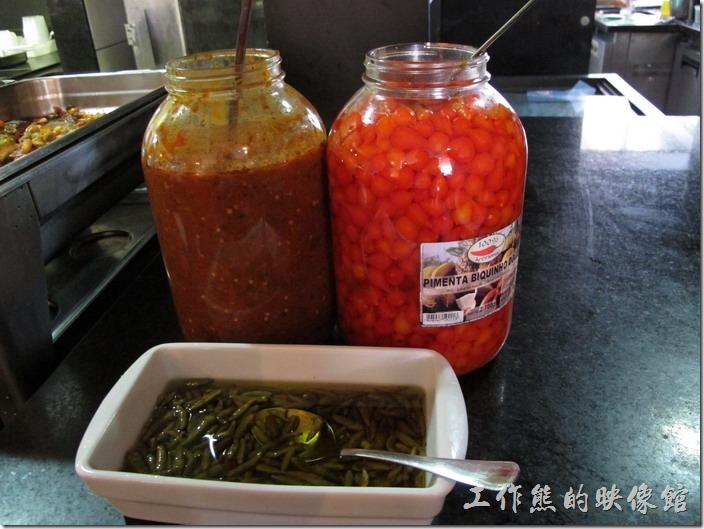 巴西也有好幾種辣椒,不過似乎沒有墨西哥那麼喜歡吃辣!至少我那個同事就不喜歡吃辣!這裡有兩種辣椒可以選擇,右邊紅澄澄圓形的是不會辣的辣椒,而磁盤內長條形的則是會辣的辣椒!
