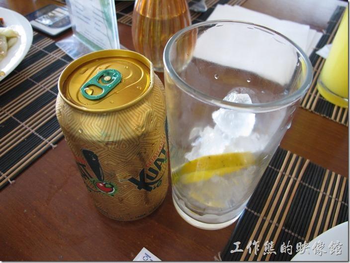 巴西的GUARANA(KUAT)的地方特色飲料,通常會加一片柳橙,喝起來其實與蘋果西打很相似。瓜拿納(gurana)其實是一種無患子科的植物,屬於爬藤類,取其樹葉磨成粉,因含有咖啡因,有提神醒腦利尿等作用,有人拿來當保健使用。