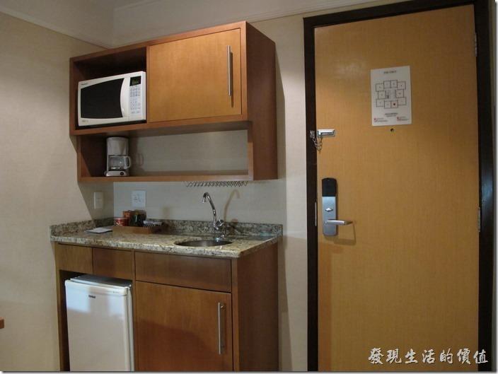 TRANSAMERICA。客房內也提供簡單的廚具,微波爐、餐具、洗手台…等,可以買些簡單的東西回來自理。